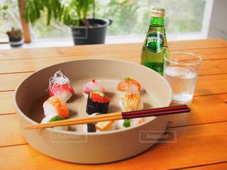 テーブルの上の皿の上に食べ物のボウルの写真・画像素材[918154]