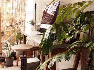 リビング ルームの家具と大きな窓いっぱいの写真・画像素材[1009980]