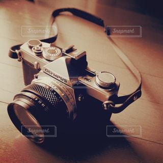 テーブルの上のカメラの写真・画像素材[1236061]