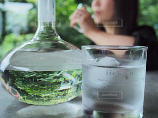 近くのテーブルの上のガラスのコップの写真・画像素材[1281762]