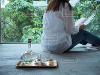 テーブルに座っている人の写真・画像素材[1284306]