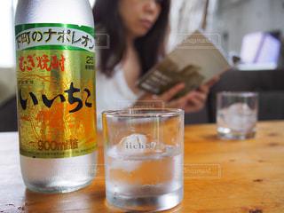 テーブルの上のビール瓶の写真・画像素材[1284309]