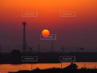 水の体に沈む夕日の写真・画像素材[1306542]