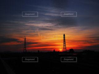 水の体に沈む夕日の写真・画像素材[1306551]
