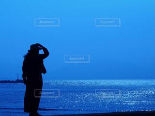 水の中に立っている男の人の写真・画像素材[1313743]