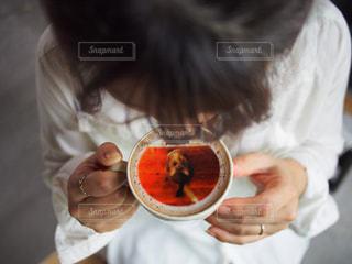 コーヒー持っている人の写真・画像素材[1468143]