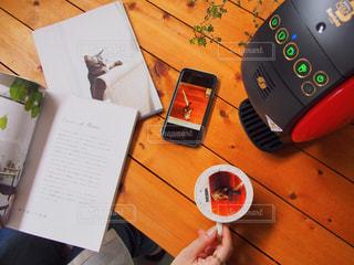 木製テーブルの上に座っている本の写真・画像素材[1468146]