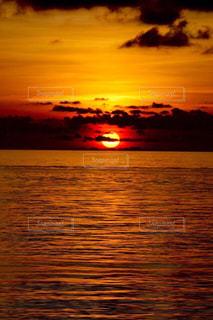 水の体に沈む夕日 - No.984200
