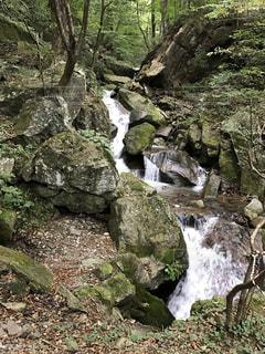 岩の横にある大きな滝の写真・画像素材[770223]