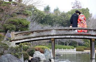 川に橋を渡る列車の写真・画像素材[821630]