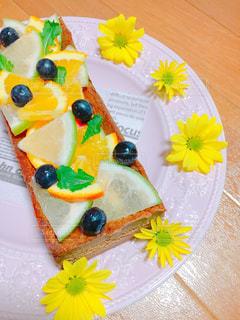 テーブルに飾られたケーキの写真・画像素材[841235]