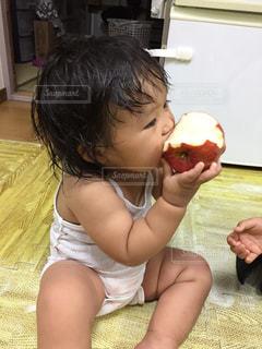 りんごの丸かじりの写真・画像素材[903380]