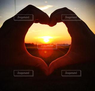 夕日,太陽,光,ハート,畑,ハンドサイン,ジェスチャー