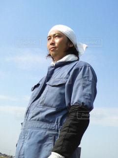 丘の上に立っている人の写真・画像素材[1267325]