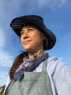 女性,空,自撮り,雲,晴天,帽子,未来,バンダナ,野外,夢,エプロン,ポジティブ,日中,目標,やる気,可能性