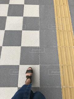 タイル張りの床に座っている人の写真・画像素材[1639849]