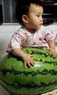 ジャンボスイカと小さな女の子の写真・画像素材[3502415]