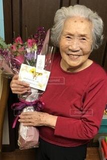 花束とおばあちゃんの写真・画像素材[4118430]
