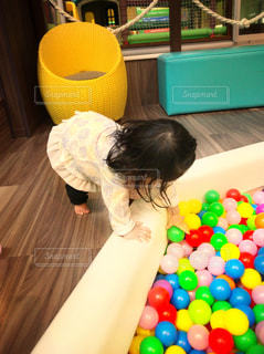 ボールプールに夢中な女の子の写真・画像素材[715278]