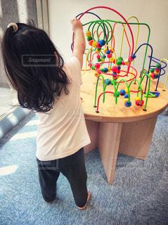 おもちゃで遊んでいる女の子の写真・画像素材[720288]