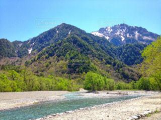 上高地/穂高連峰と川を渡り一枚にの写真・画像素材[793530]