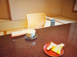 お着きのお茶とお菓子の写真・画像素材[793802]