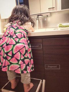 子ども,ワンピース,後ろ姿,女の子,鏡,人物,人,幼児,1歳,手洗い,洗面台,踏み台