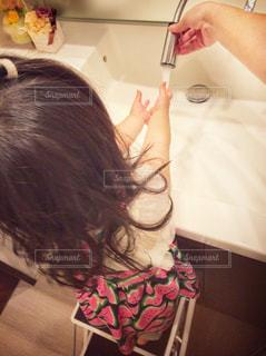 子ども,ワンピース,後ろ姿,女の子,人物,人,幼児,1歳,手洗い,洗面台,踏み台