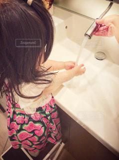 子ども,ワンピース,後ろ姿,女の子,蛇口,人物,人,幼児,1歳,手洗い,洗面台,踏み台
