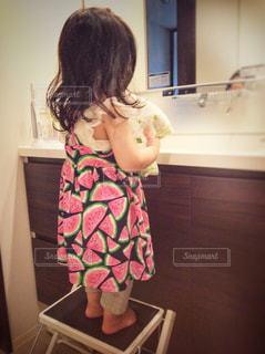 子ども,ワンピース,後ろ姿,女の子,鏡,人物,人,幼児,1歳,洗面台,踏み台
