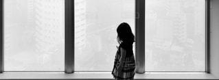 見つめる女の子の写真・画像素材[815855]