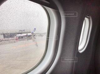 飛行機の窓からの写真・画像素材[818441]