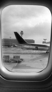 窓越しの飛行機の写真・画像素材[820025]