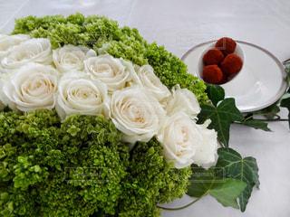 白バラとグリーンのテーブル装飾の写真・画像素材[826304]