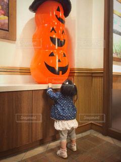 かぼちゃおばけと女の子の写真・画像素材[831747]