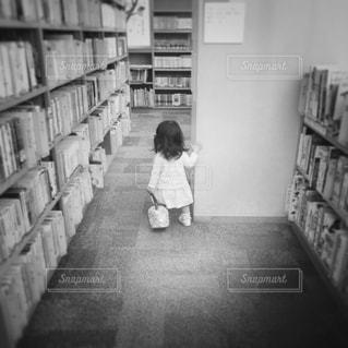 本と女の子 - No.831876