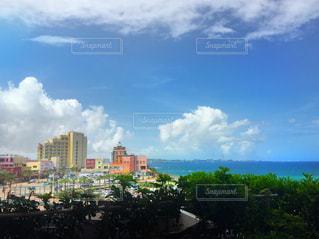 カラフルな建物と青い空&海の写真・画像素材[873822]