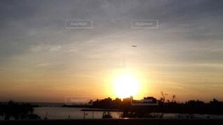 夕陽と飛行機の写真・画像素材[927602]