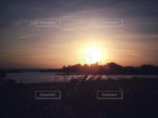大きな夕日と建物シルエットの写真・画像素材[927791]