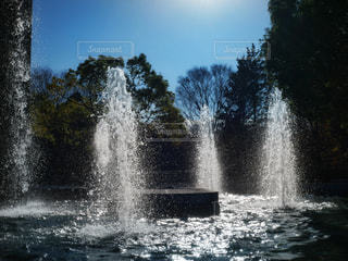 水の体の前に噴水の写真・画像素材[931092]