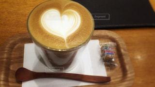 テーブルの上のコーヒー カップの写真・画像素材[941521]