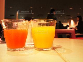 テーブルの上のビールのグラスの写真・画像素材[945207]