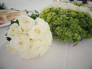 花,白,フラワーアレンジメント,フラワー,バラ,薔薇,ブーケ,白薔薇,レストラン,グリーン,フラワーアレンジ,バリ島,生花,ウェディング,テーブル装飾