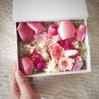 花,ピンク,白,フラワーアレンジメント,フラワー,手,バラ,プレゼント,薔薇,リボン,贈り物,フラワーアレンジ,プリザーブドフラワー,フラワーボックス,片手,フラワーギフト