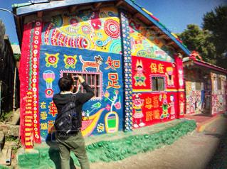 彩虹眷村を撮影している男性の写真・画像素材[951528]