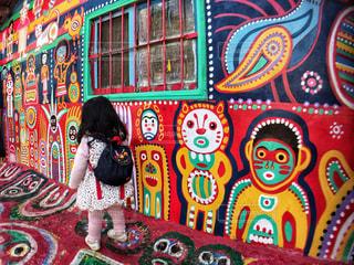 カラフルな彩虹眷村と女の子の写真・画像素材[951537]