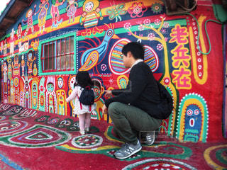 カラフルな村に来た親子の写真・画像素材[951559]