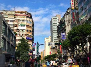 新旧の建物が混在する街並みの写真・画像素材[952134]