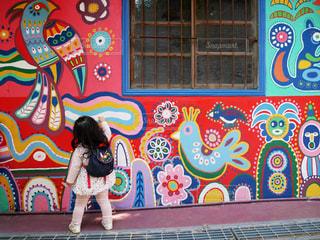 カラフルなイラストと女の子の写真・画像素材[953331]
