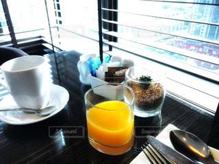 テーブルの上のコーヒーとジュースの写真・画像素材[956357]